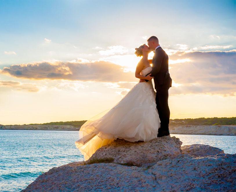 Mariées en bord de mer baisé au couché de soleil sur les plages de Toulon