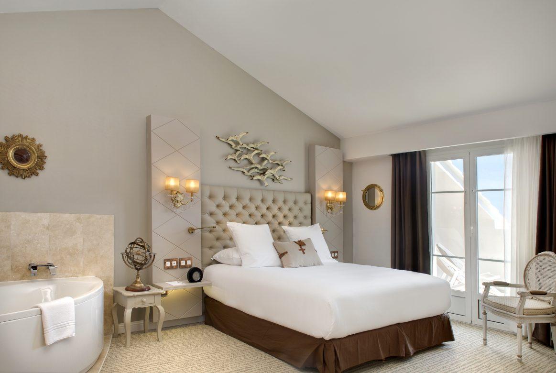suite trop zienne avec jacuzzi vue mer et spa au grand h tel des sablettes. Black Bedroom Furniture Sets. Home Design Ideas
