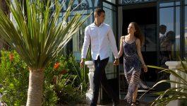 Couple a l'entrée d'un hôtel pour un séjour hotel spa var en bord de mer