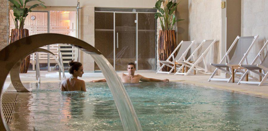 Couple de mariés qui se détend dans le meilleur spa de toulon