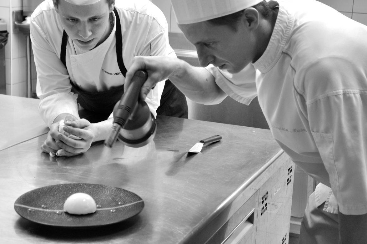 Chef horizon restaurant gastronomique toulon en préparation d'un dessert au citron