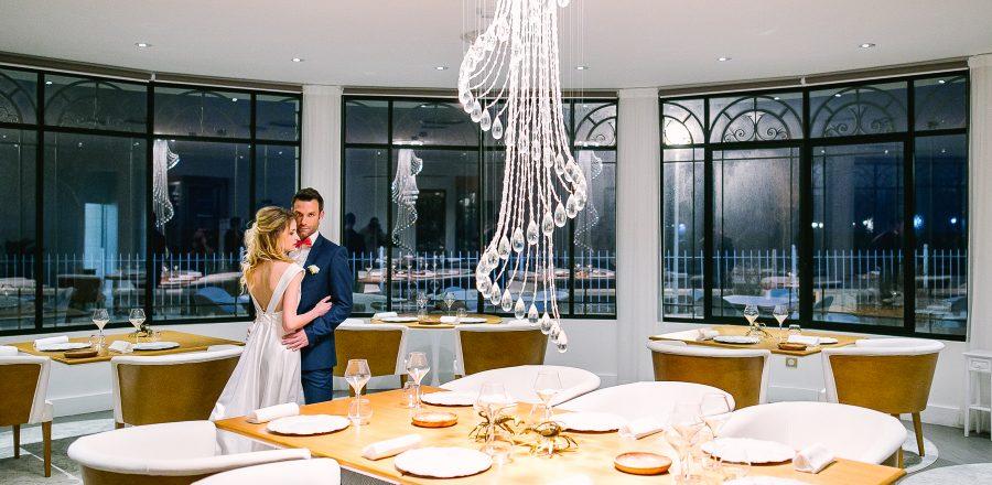 Mariage au grand hôtel des sablettes à Toulon, couple dans le restaurant gastronomique