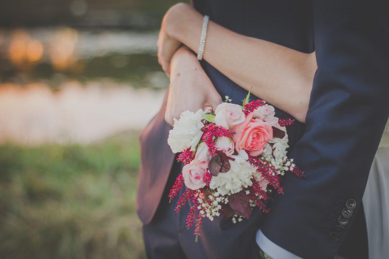 mariés enlacés avec bouquet de mariée, photo ambiance mariage