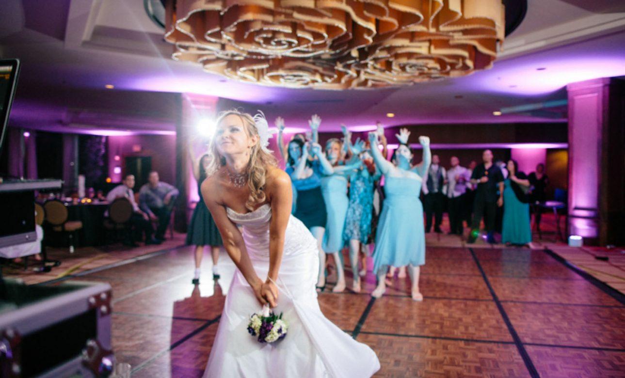 mariée qui lance le bouquet dans salle mariage var