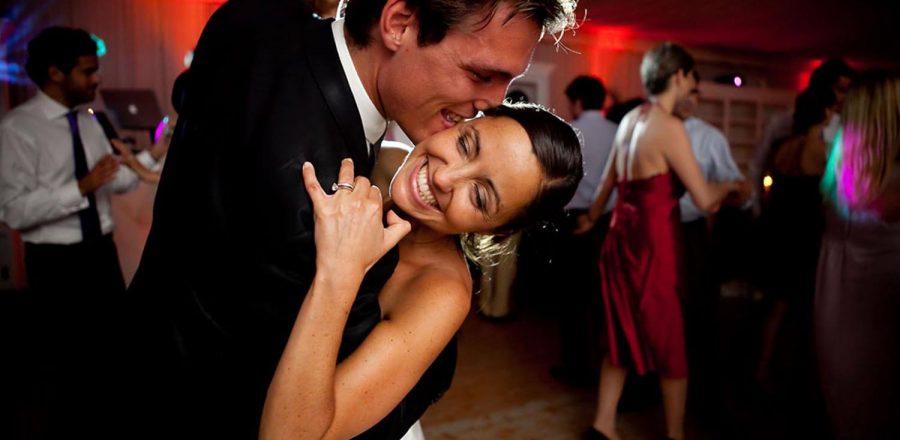 Belle photo de mariés aux pins Penchés à TOULON