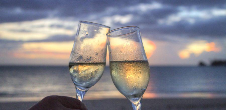 Mariage sur la plage avec coupes de champagne et couché de soleil - toulon var provence paca