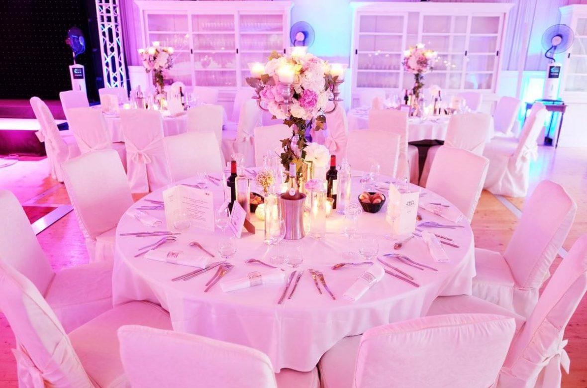 Belle table de mariage dans une salle de mariage en bord de mer